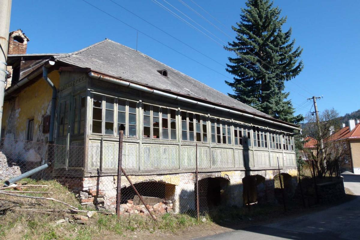 Banícky dom so zelenou verandou na Zlatej ulici č. 598/7
